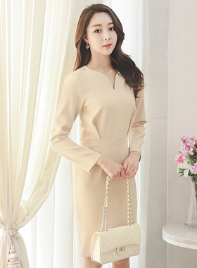 Rich slit-neck Dress Pin tuck volume