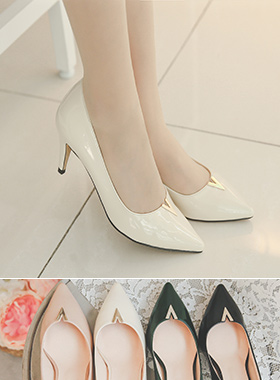 Gold V Tips Enamel Pumps Hill