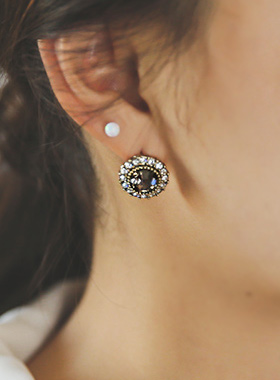 Utilizing a cubic crystal earring