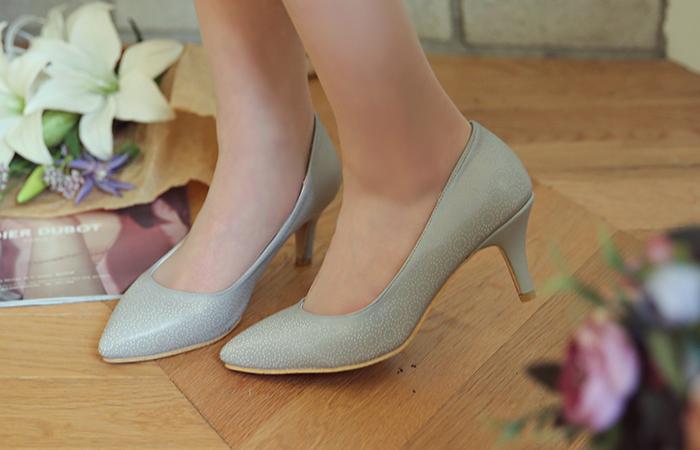 Punching lines pastel heel pumps