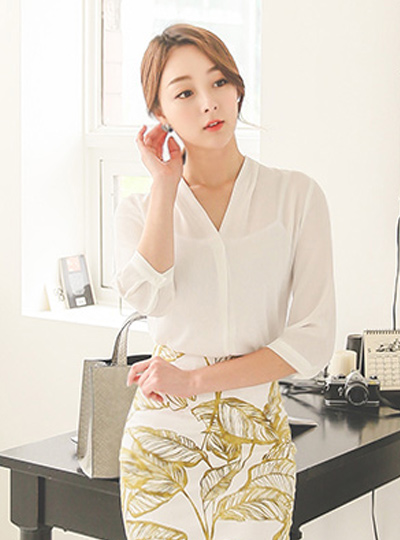 Simple V-neck long blouse (sleeve 7)