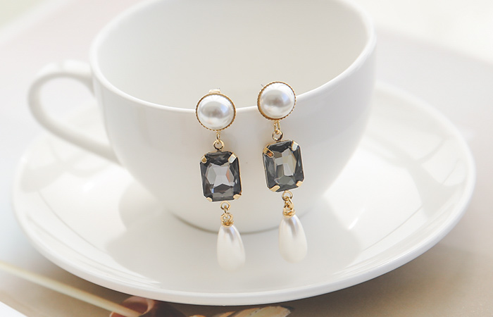 Eclipse pearl olive earring