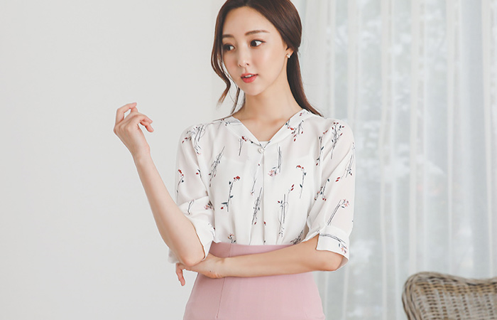 Flower-Pattern Pearl Buttons Pintuck Blouse