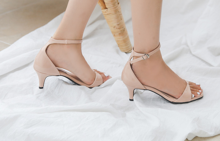 Enamel Ribbon Strap Middle Heels