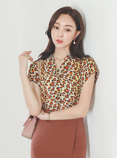 Leopard Gold-Ring V-neck Blouse