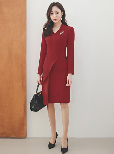 Deep V-neck Cutting Ruffle Pearl Brooch Dress